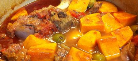 Tajine d'agneau à la patate douce, olives et dattes